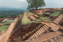 从锡吉里耶岩石的顶面山景到农村路在斯里兰卡 科教文组织世界遗产站点 免版税库存照片