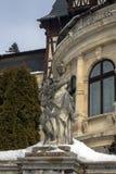 从锡纳亚,罗马尼亚建筑学的19世纪和部分的雕塑  在冬天 免版税库存图片
