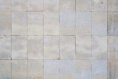 从长方形瓦片的老肮脏的墙壁 免版税库存图片