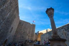 从门和市的老墙壁的看法杜布罗夫尼克,达尔马提亚,克罗地亚 它的秀丽在联合国科教文组织世界Herita被列出 库存照片