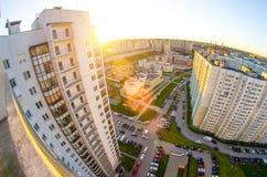 从阳台的高度的看法日落的和城市的庭院环境美化与汽车和停车处 免版税库存图片