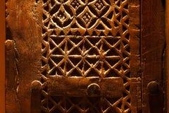 从阿拉伯半岛的一个古老现有量被雕刻的门 库存图片