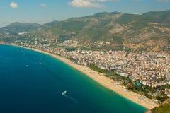 从阿拉尼亚城堡的令人惊讶的帕特拉海滩视图在安塔利亚,土耳其 图库摄影