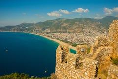 从阿拉尼亚城堡的令人惊讶的帕特拉海滩视图在安塔利亚,土耳其 免版税库存图片