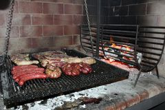 从阿根廷传统bbq的传统阿根廷asado烤肉从阿根廷巴西巴拉圭乌拉圭和辣椒 免版税图库摄影