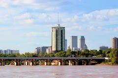 从阿肯色河的街市土尔沙地平线 免版税图库摄影