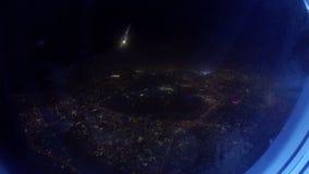 从降低在城市的喷气机飞机的窗口的看法在晚上 影视素材