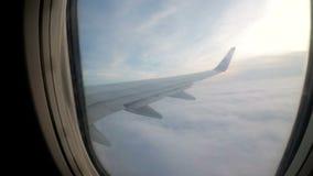 从降低在恶劣天气的云彩的乘客飞机的窗口的一个看法 股票视频