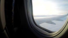从降低在恶劣天气的云彩的乘客飞机的窗口的一个看法 股票录像
