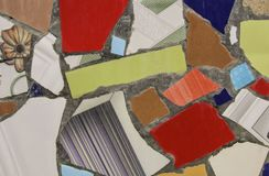 从陶瓷打破的瓦片的马赛克墙壁装饰装饰品 图库摄影