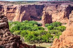 从隧道的看法在Canyon de Chelly俯视 库存图片