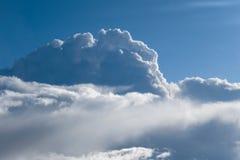 从雨云和蓝天飞机的鸟瞰图  图库摄影