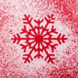 从雪的雪花在红色背景 看板卡圣诞节新年度 免版税库存图片