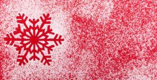 从雪的雪花在红色背景 看板卡圣诞节新年度 免版税图库摄影