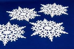 从雪花的宏观射击 抽象背景冬天 免版税库存照片