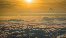 从雾日出早晨增加的小山美好 免版税库存照片