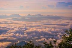 从雾日出早晨增加的小山美好 免版税库存图片