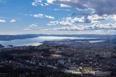 从霍尔门科伦看的奥斯陆壮观的全景 免版税库存照片