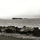 从面对与运输货柜船的金银岛的一张照片Alcatraz在风景 库存照片
