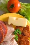 从顶层的蒜味咸腊肠、香肠和干酪片式 库存图片