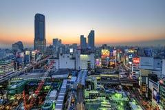 从顶视图的涩谷地平线在黄昏在东京,日本 免版税库存照片
