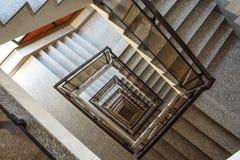 从顶视图采取的一个喜怒无常的楼梯间 免版税库存图片