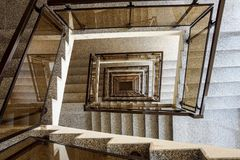 从顶视图采取的一个喜怒无常的楼梯间 库存照片