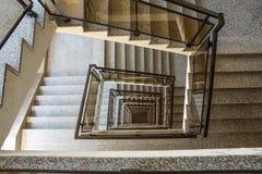 从顶视图采取的一个喜怒无常的楼梯间 免版税图库摄影