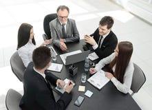 从顶视图 企业队谈论问题与事务 库存照片