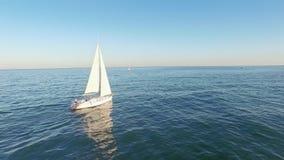 从风帆在公海的游艇航行直升机的令人惊讶的鸟瞰图  股票录像