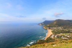 从风景的小山的海岸村庄 免版税库存图片