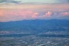 从飞机的大盐湖日落鸟瞰图在Wasatch落矶山脉范围、清扫的cloudscape和风景犹他 图库摄影