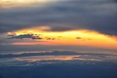 从飞机的大盐湖日落鸟瞰图在Wasatch落矶山脉范围、清扫的cloudscape和风景犹他 免版税库存照片