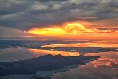 从飞机的大盐湖日落鸟瞰图在Wasatch落矶山脉范围、清扫的cloudscape和风景犹他 免版税图库摄影