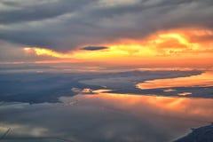 从飞机的大盐湖日落鸟瞰图在Wasatch落矶山脉范围、清扫的cloudscape和风景犹他 免版税库存图片
