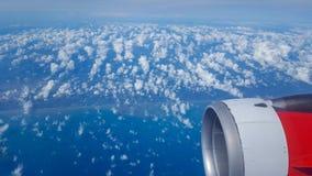 从飞机的看法在海岸的天空飞行 海洋和疏散云彩从高处 免版税图库摄影