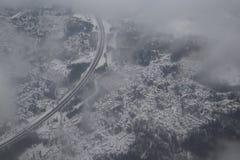 从飞机的看法在灰色多雪的芬兰,赫尔辛基 从飞机的路视图 库存照片