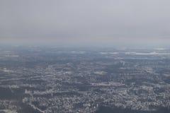 从飞机的看法在灰色多雪的芬兰,赫尔辛基 从飞机的路视图 库存图片