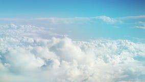 从飞机的看法在移动雪白云彩 r ?? 飞行在云彩中的一架飞机 影视素材