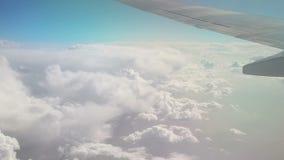 从飞机的看法在移动雪白云彩 r ?? 飞行在云彩中的一架飞机 股票录像