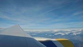 从飞机的看法,一次飞机飞行的翼在云彩上的与天空蔚蓝 股票录像