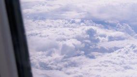 从飞机的窗口的看法在云彩的 飞机在天气上飞行 股票录像