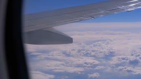 从飞机的窗口的看法在云彩的 E 股票视频