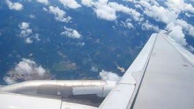 从飞机窗口的一个看法在翼和引擎 股票视频