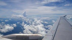 从飞机窗口的一个看法在翼和引擎 影视素材