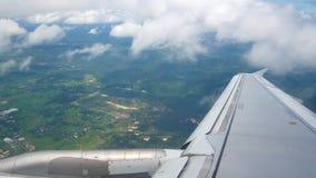 从飞机窗口的一个看法在翼和引擎 股票录像