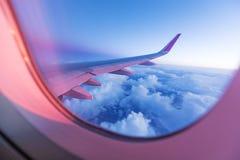 从飞机窗口的日落天空 库存图片