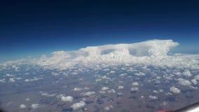 从飞机窗口的看法到蓝天和白色云彩,地球的看法从天空通过云彩, a的 影视素材