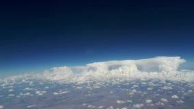 从飞机窗口的看法到蓝天和白色云彩,地球的看法从天空通过云彩, a的 股票视频