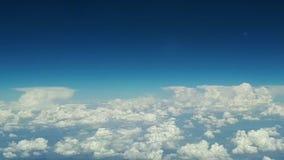 从飞机窗口的看法到蓝天和白色云彩,地球的看法从天空通过云彩, a的 股票录像